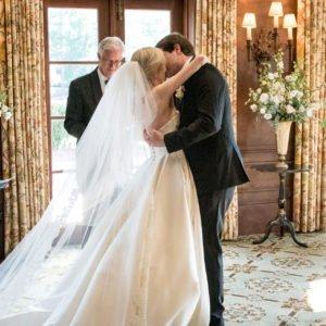 bride groom kiss